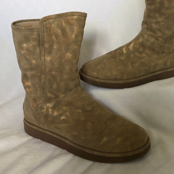 5f8e1f439642 UGG Abree Short Women s Boot. M 5b5773c995199694a146c960
